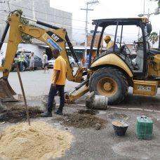 Conserto de calçada é um dos serviços de zeladoria do Cuidar da Cidade em Senador Camará. Foto: Marcelo Piu / Prefeitura do Rio