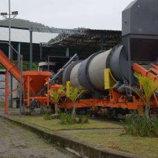 Usina de asfalto na Taquara será responsável pela fabricação do material usado no recapeamento de ruas da AP-4. Foto: Marco Antônio Rezende / Prefeitura do Rio