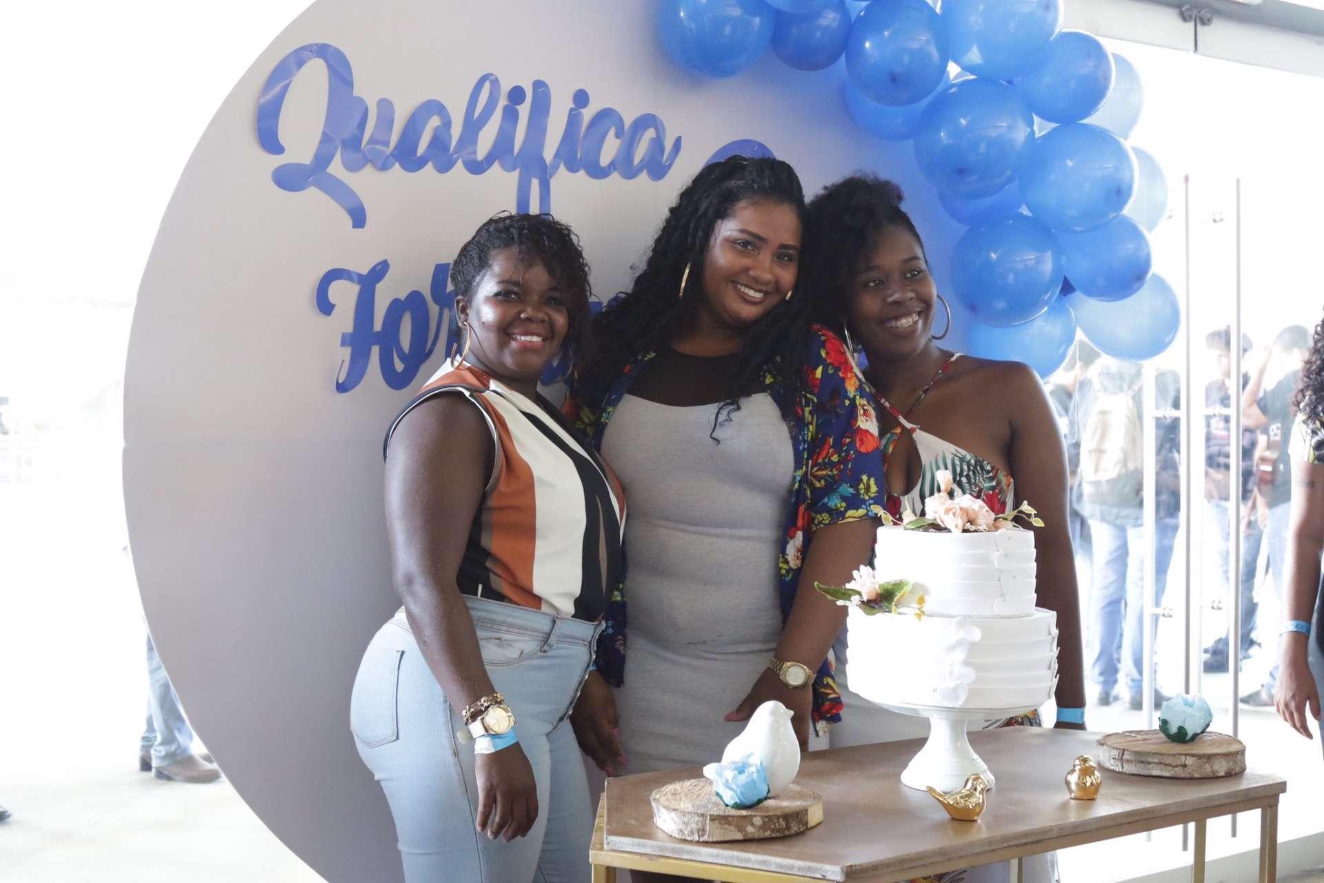 Alunos recebem diplomas de conclusão de curso profissionalizante. Foto: Hudson Pontes / Prefeitura do Rio