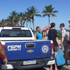 Guardas municipais atendem turistas russos que tiveram cordão recuperado após roubo. Foto: divulgação