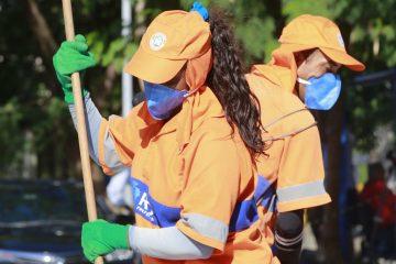 Garis fazem limpeza no entorno do Hospital Lourenço Jorge. Foto: Marcos de Paula / Prefeitura do Rio