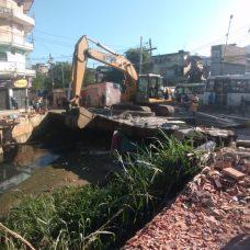 Após Tolerância Zero, máquina tem acesso ao canal para limpeza. Foto: Divulgação / Rio-Águas