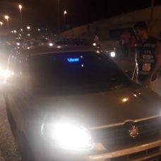SMTR aplica 13 multas por uso de leds em carros de aplicativo durante operação na Barra