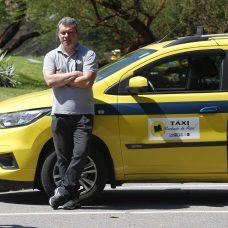 Taxista Rodrigo Campinos diz que o aplicativo Taxi.Rio trouxe esperança para a profissão. Foto: Marcelo Piu/Prefeitura do Rio