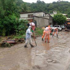 Na Zona Oeste, Comlurb trabalha na limpeza de local onde houve alagamento. Foto: Marcelo Piu / Prefeitura do Rio