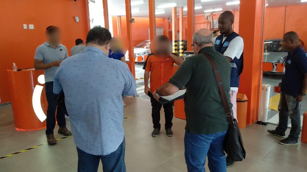 A locadora mantinha as portas abertas e os funcionários trabalhando normalmente. Foto: Divulgação
