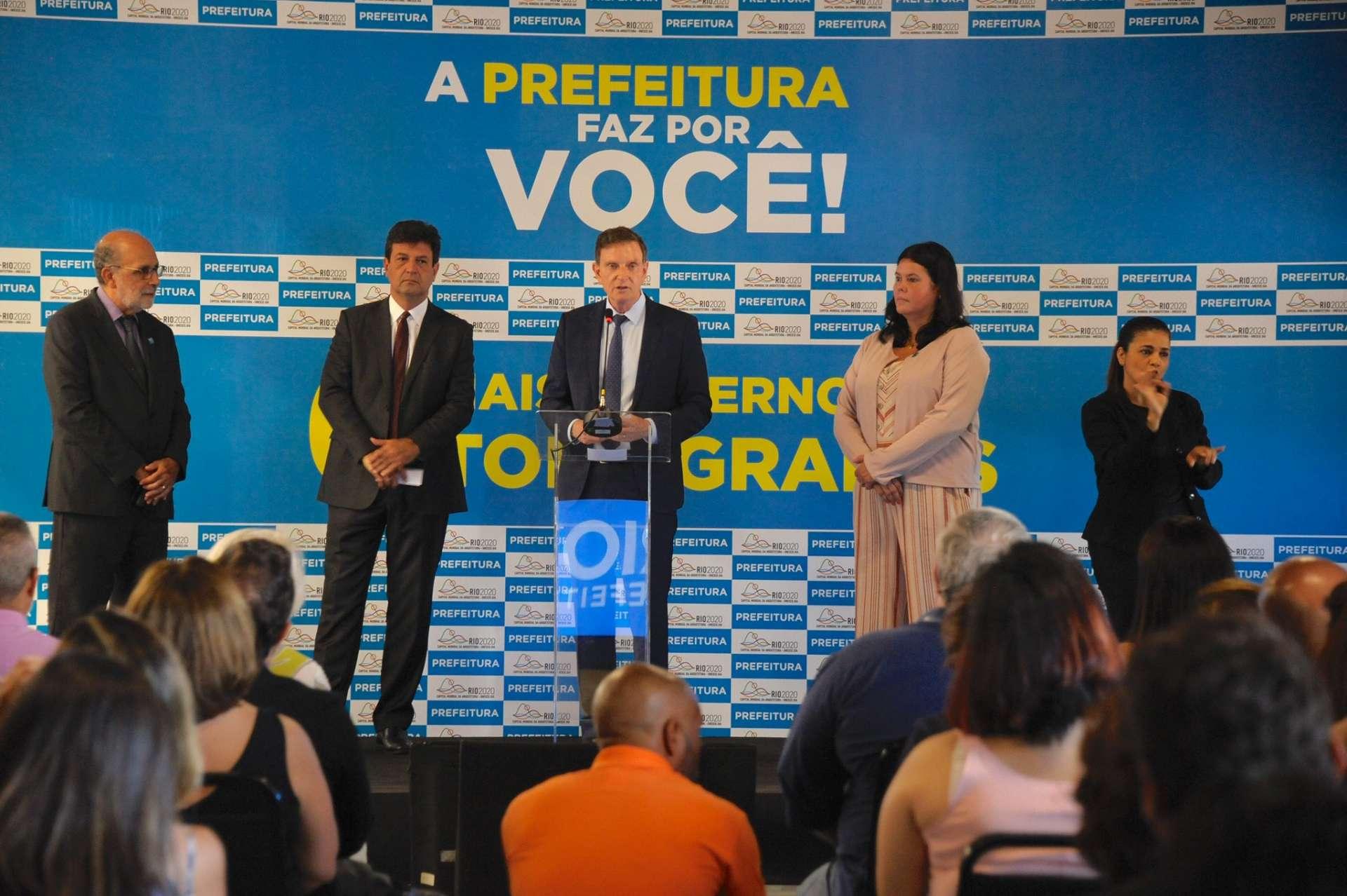 O prefeito Marcelo Crivella entre o ministra da Saúde, Luiz Henrique Mandetta, e a secretária municipal da pasta, Beatriz Busch. Foto: Marco Antônio Rezende / Prefeitura do Rio