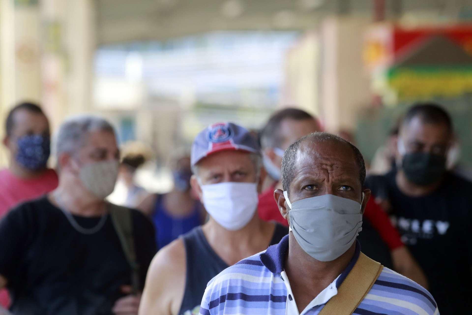 No Terminal Alvorada, pessoas circulam com máscaras distribuídas pelo município. Foto: Marcos de Paula / Prefeitura do Rio