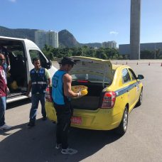 Taxista auxiliar recebe cesta básica da Prefeitura. Foto: arquivo - Prefeitura do Rio
