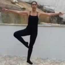 Professora Cláudia Maria monta lives e envia vídeos semanais com diversas atividades de balé. Foto: Divulgação / Prefeitura do Rio