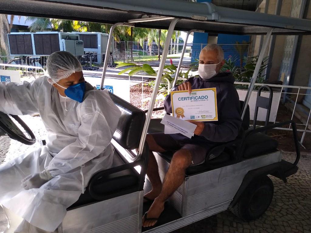 Paciente Francisco Maurício Silveira Silva venceu a Covid-19 e ganhou seu certificado. Foto: Divulgação / Prefeitura