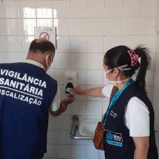 Entre as medidas de prevenção à Covid-19, técnicos da Vigilância Sanitária orientaram sobre a higiene de superfícies e o uso de EPIs e álcool em gel. Foto: Divulgação / Prefeitura do Rio