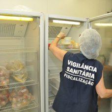 Agente da Subsecretaria de Vigilância Sanitária e Controle de Zoonoses durante fiscalização. Foto: Nelson Duarte / Prefeitura do Rio