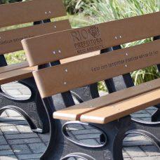 Bancos feitos com tampinhas e embalagens plásticas serão destinados a parques e praças da cidade. Foto: Marcelo Piu / Prefeitura do Rio