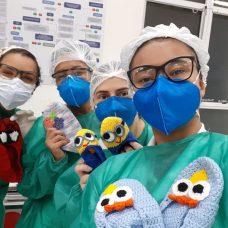 Pacientes internados recebem sapatilhas de crochê e muito carinho. Foto: Divulgação / Prefeitura do Rio