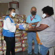Jogador Fred doou 1300 cestas básicas para a comunidade. Foto: Divulgação / Prefeitura do Rio