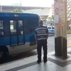 Maioria das irregularidades é por lotação dos veículos. Só nesta quarta-feira foram 75 autuações. Foto: Divulgação / Prefeitura do Rio