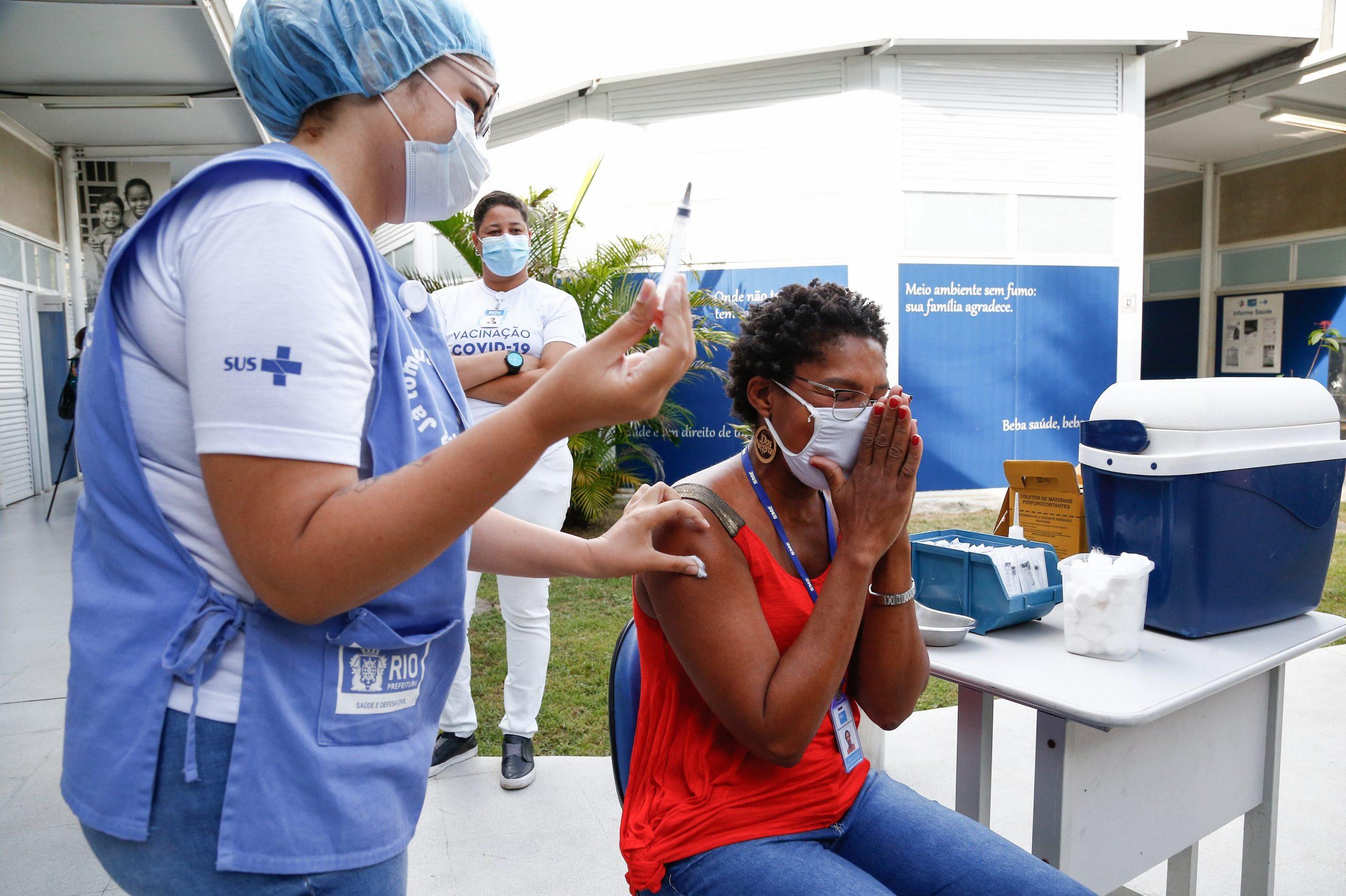 Profissionais da Educação começam a ser vacinados pela Prefeitura -  Prefeitura da Cidade do Rio de Janeiro - prefeitura.rio